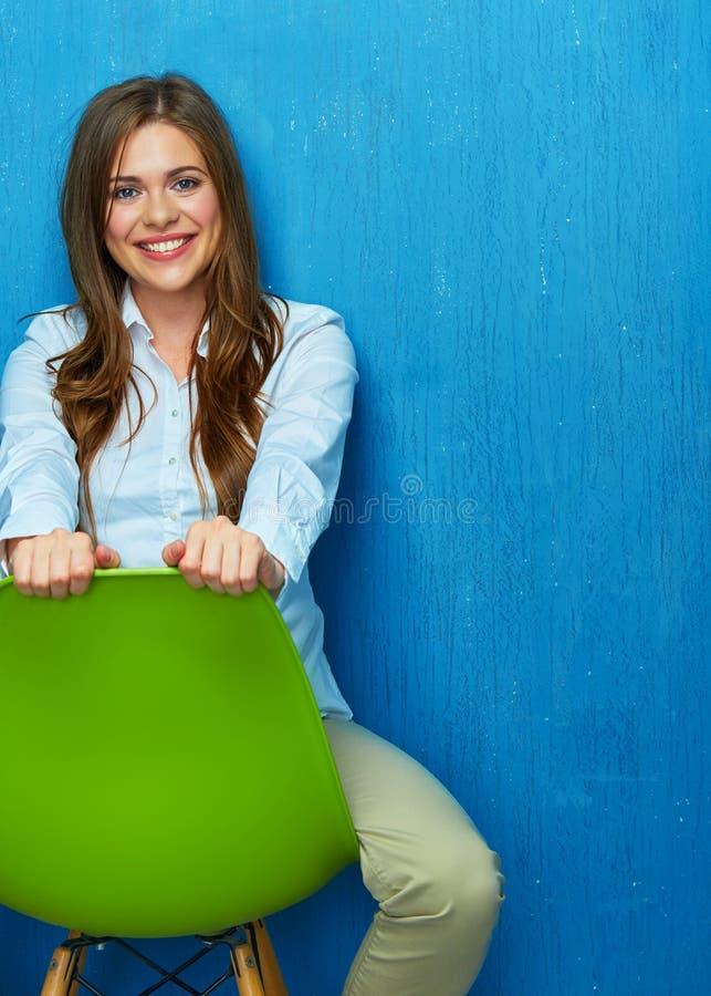 Красивый портрет молодой женщины сидя на стуле стоковое изображение rf