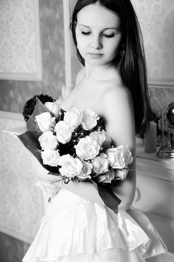 Красивый портрет свадьбы невесты внутри помещения черная белизна стоковые фотографии rf
