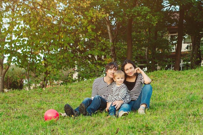 Красивый портрет счастливой молодой семьи outdoors стоковая фотография