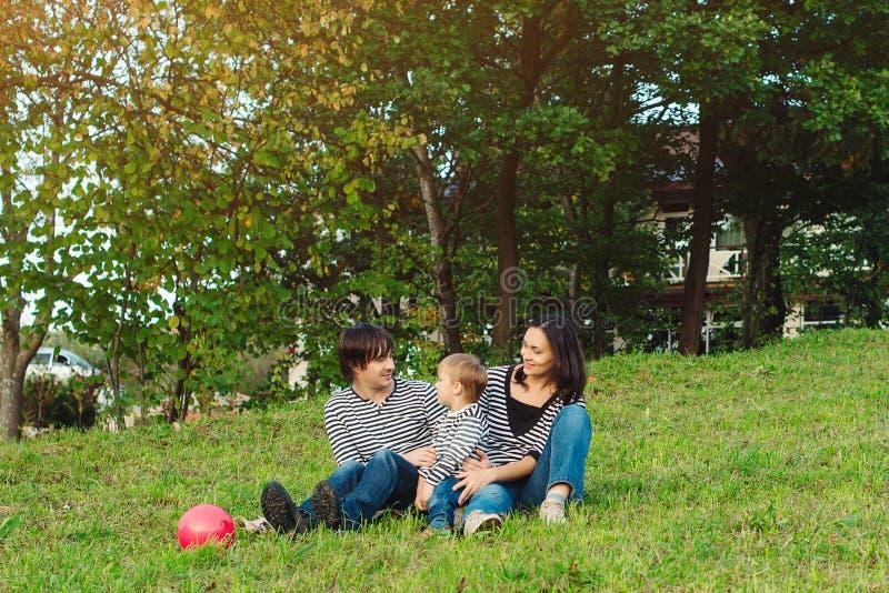 Красивый портрет счастливой молодой семьи outdoors стоковое изображение rf
