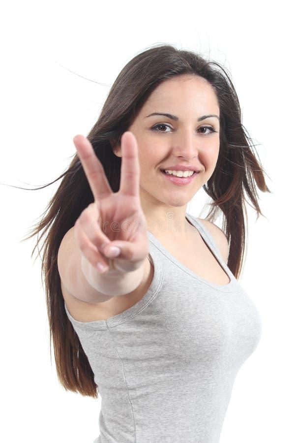 Красивый подросток делая победу или жест мира стоковая фотография