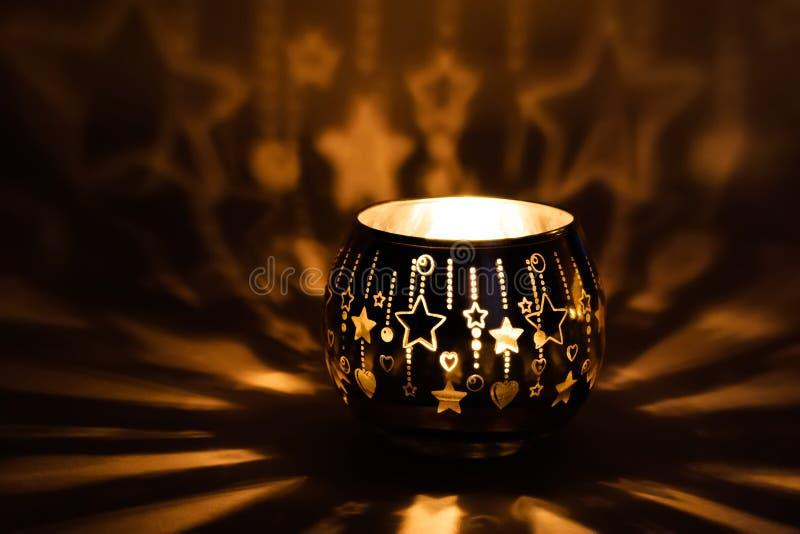 Красивый подсвечник с освещенной свечой стоковые фотографии rf