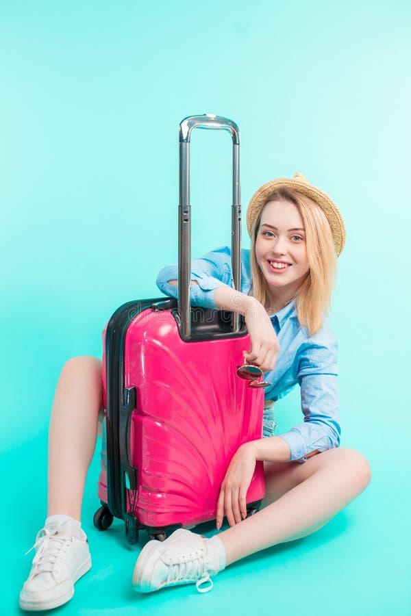 Красивый праздник-создатель с розовым багажем стоковые изображения rf