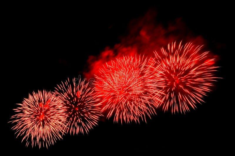 Красивый праздничный красный салют фейерверков стоковое изображение
