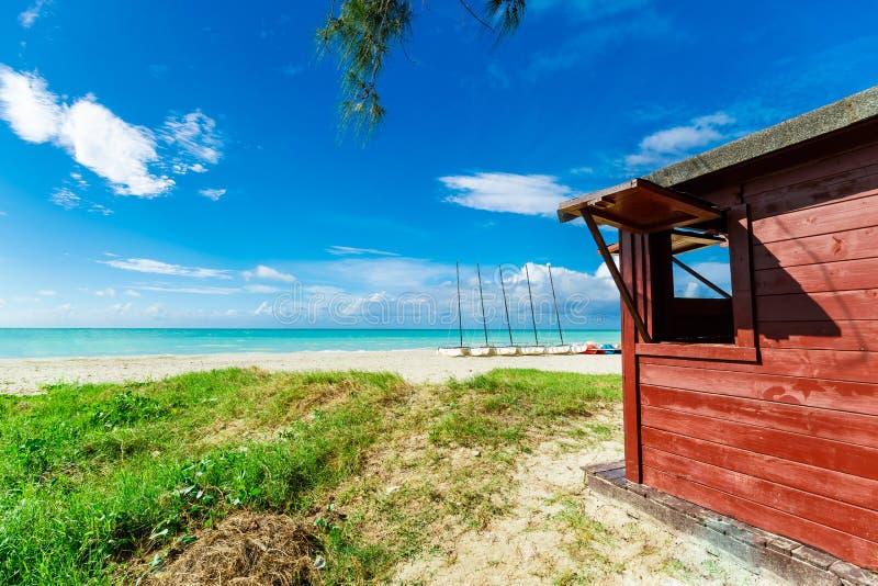Красивый приглашая пляж Варадеро кубинца и спокойный океан бирюзы с коричневатым красным деревянным сараем стоковое изображение