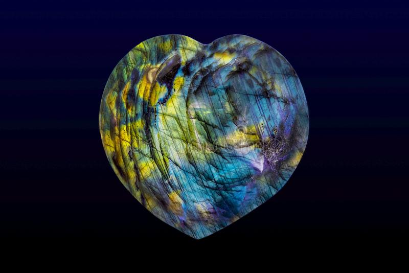 Красивый природный лабрадорит в форме сердца стоковые фото
