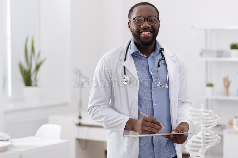 Красивый профессиональный доктор смотря вас стоковые изображения rf