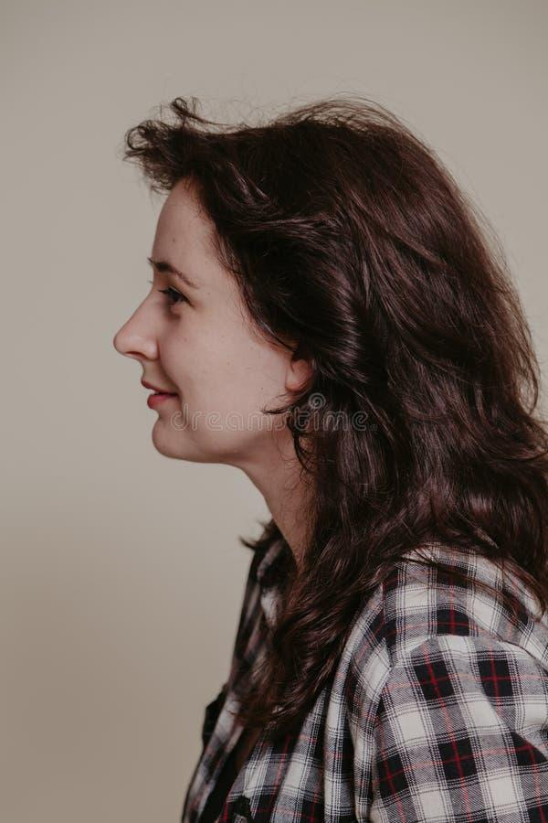 Красивый профиль девушки с длинными каштановыми волосами стоковое фото rf