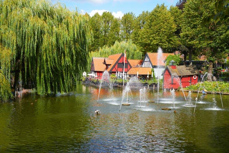 Красивый пруд с фонтаном в Tivoli садовничает в Копенгагене стоковое фото rf
