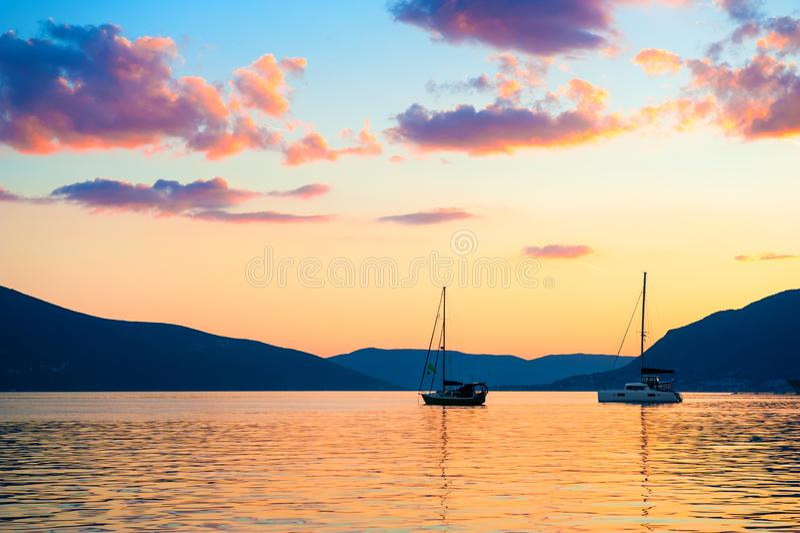 Красивый пурпурный заход солнца на заливе Kotor, Tivat, Черногории стоковое фото rf