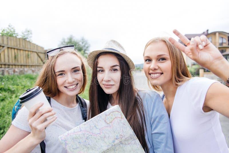 Красивый путешественник женщины держа карту положения в руках в городе стоковая фотография