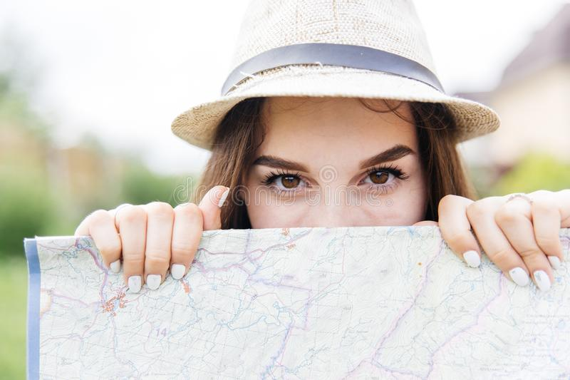 Красивый путешественник женщины держа карту положения в руках в городе стоковое изображение rf