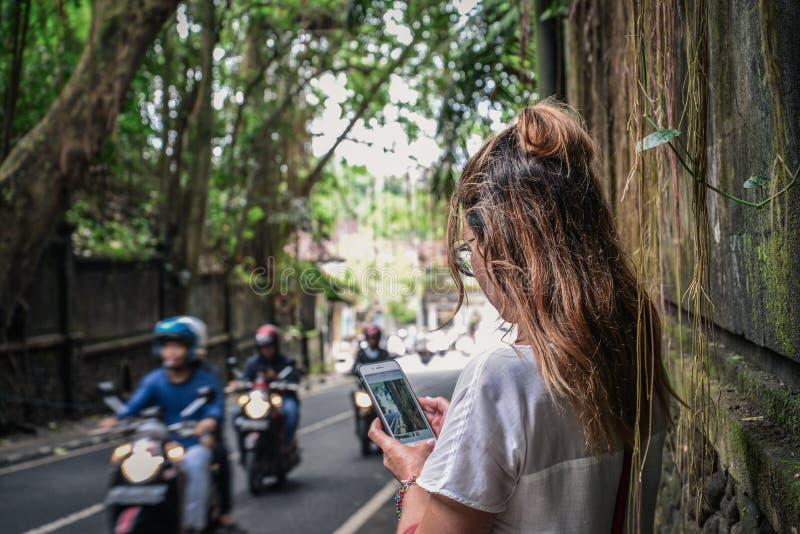 Красивый путешественник женщины используя iphone для того чтобы сфотографировать стоковая фотография