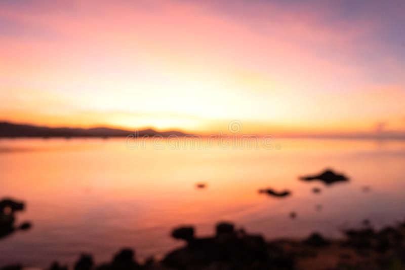 Красивый пылая ландшафт захода солнца на abo Чёрного моря и горы стоковые фото