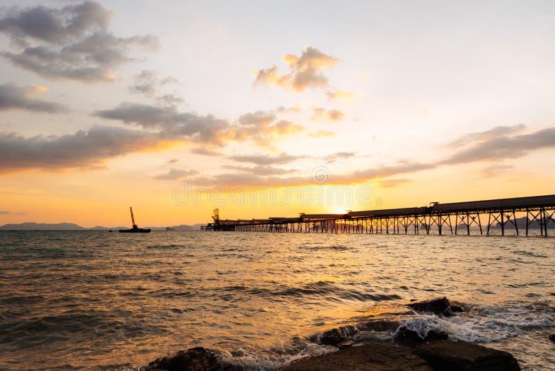 Красивый пылая ландшафт пляжа захода солнца на тропическом море и сватает стоковое изображение rf