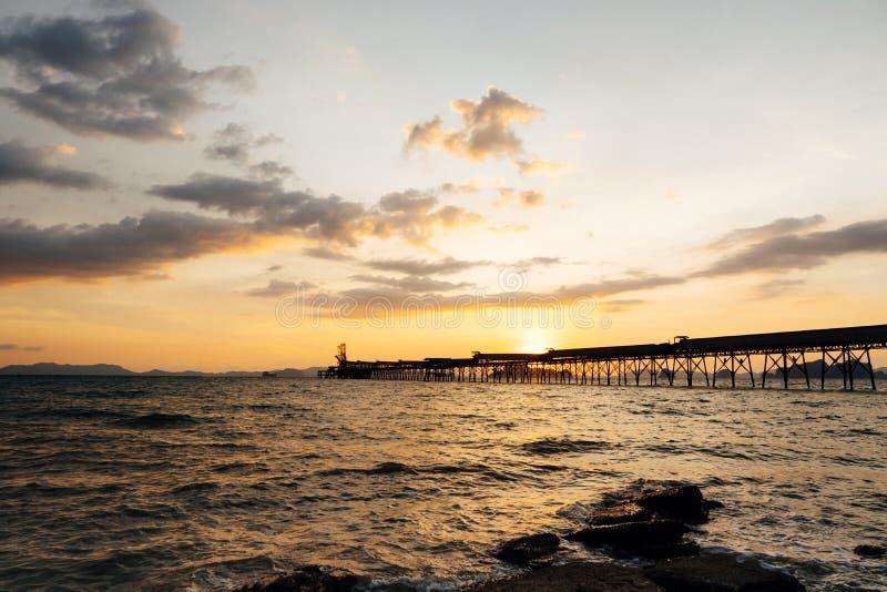Красивый пылая ландшафт пляжа захода солнца на тропическом море и сватает стоковое фото