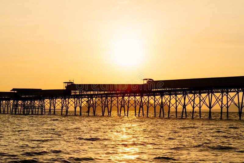 Красивый пылая ландшафт пляжа захода солнца на тропическом море позади стоковое изображение rf