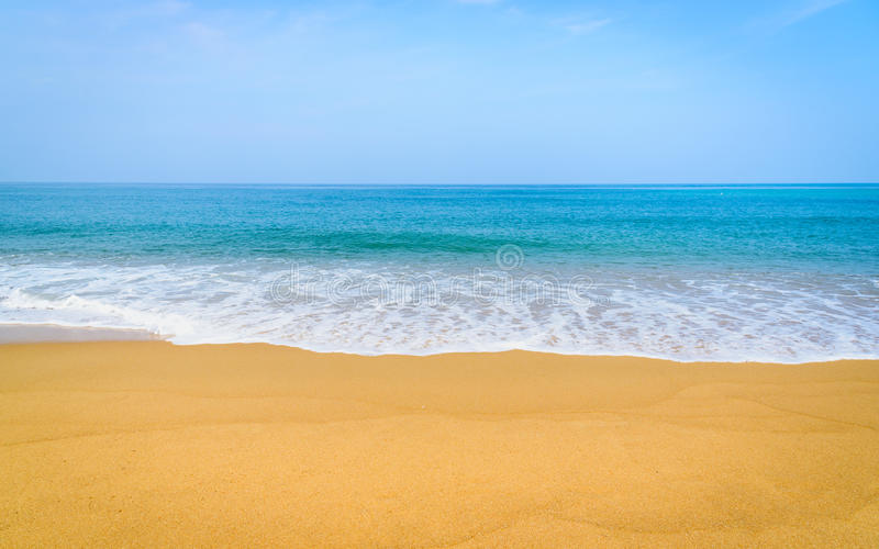 Красивый пляж и тропическое море в Пхукете стоковая фотография rf