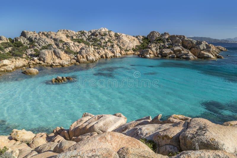 Красивый пляж на заливе Cala Coticcio в острове Caprera, Сардинии, Италии стоковое фото