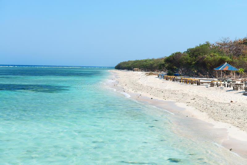 Красивый пляж с голубыми чистой водой и кафем стоковые изображения rf
