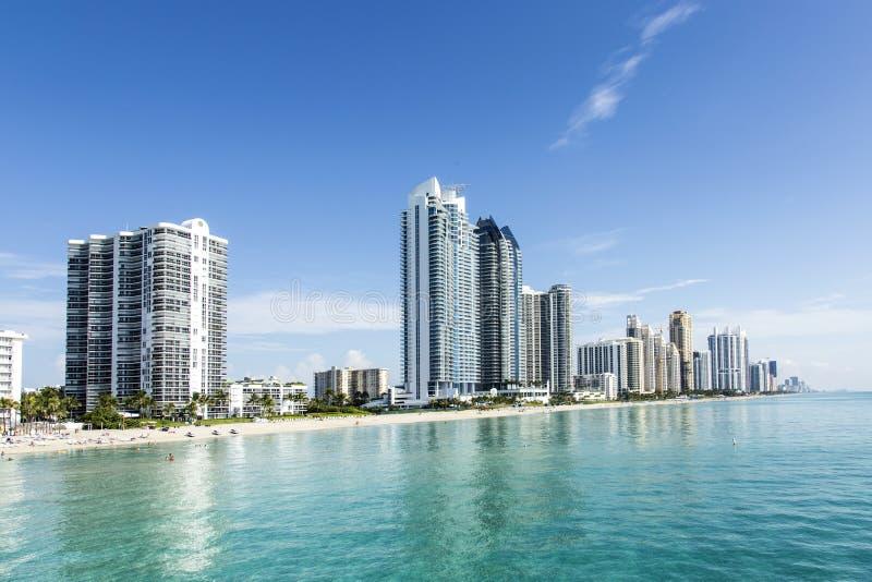 Красивый пляж с кондоминиумами стоковая фотография rf