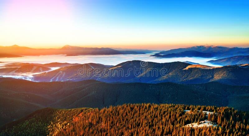 Красивый рассвет в горной цепи Горы положенные в кожух в туман в сценарном взгляде ландшафта Горы положения прикарпатские стоковое фото rf