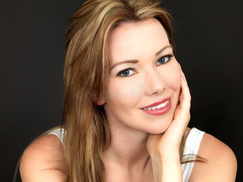 Красивый расслабленный счастливый портрет молодой женщины стоковое изображение
