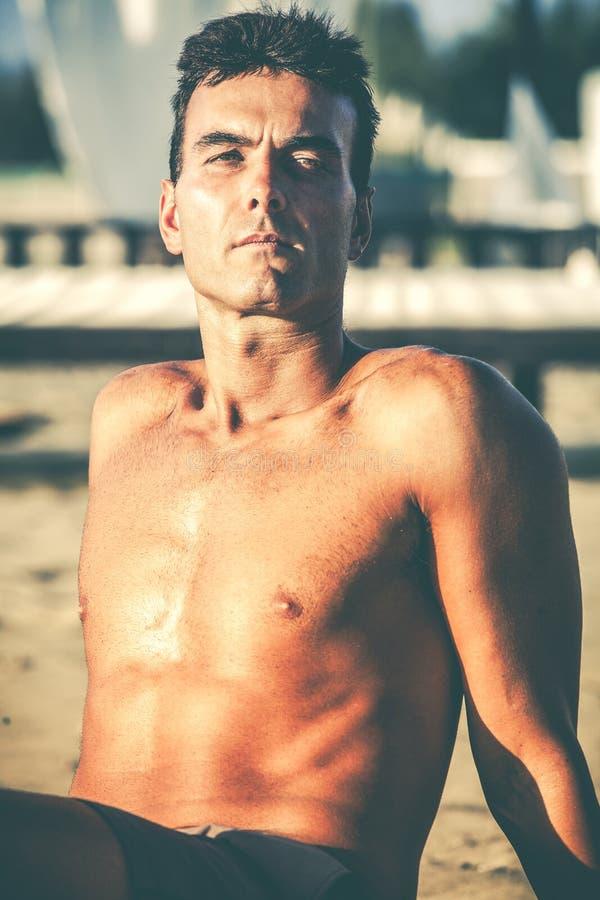 Красивый расслабленный человек на пляже стоковые изображения rf