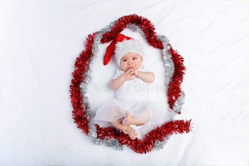 Красивый ребенок в лежать шляпы рождества стоковое фото