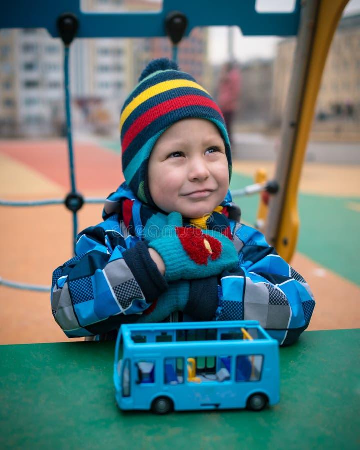 Красивый ребенок на районе спортивной площадки в зиме стоковые изображения