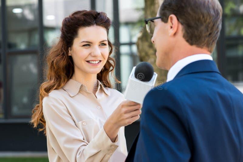 красивый репортер новостей с микрофоном стоковое фото