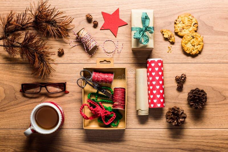 Красивый ретро оборачивать подарка, стол осматривает сверху стоковые изображения