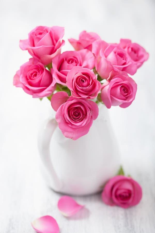 Красивый розовый букет роз в вазе стоковое изображение