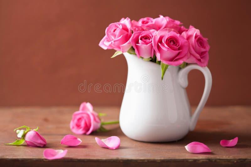 Красивый розовый букет роз в вазе стоковые изображения