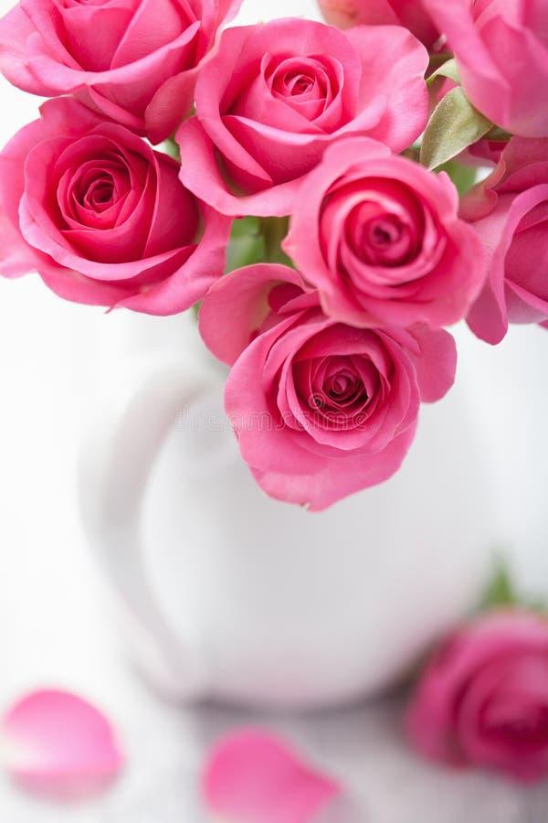 Красивый розовый букет роз в вазе стоковые фото
