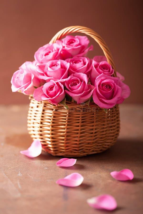Красивый розовый букет роз в корзине стоковая фотография