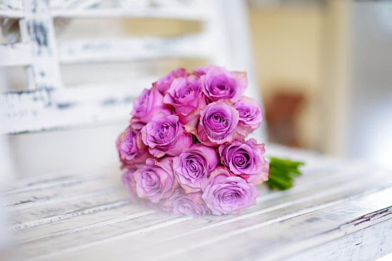 Красивый розовый bridal букет лежа на белом стенде стоковые фотографии rf
