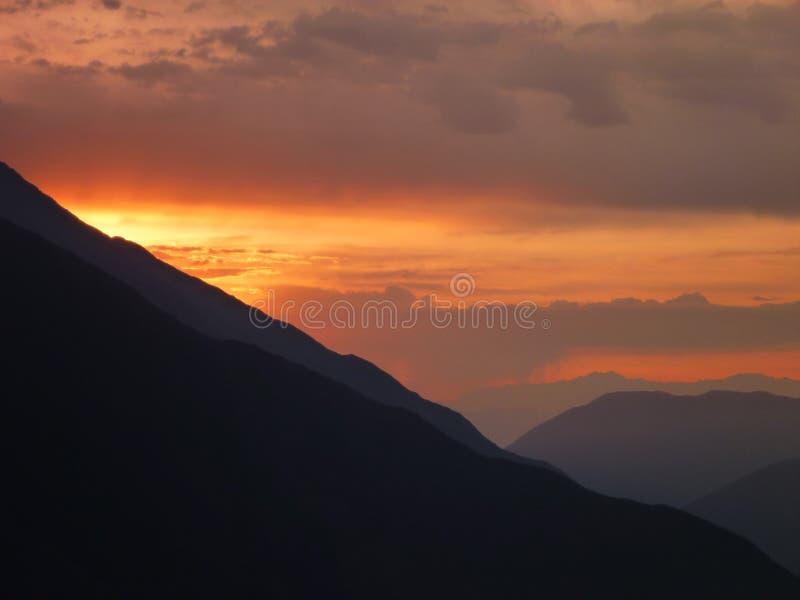 Красивый романтичный заход солнца на перуанских Андах стоковые изображения