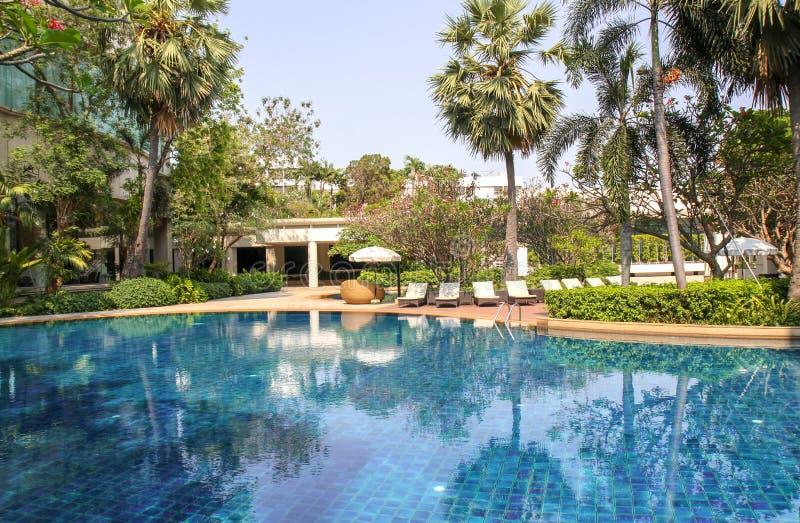 Красивый роскошный бассейн в тропическом курорте бассейна гостиницы стоковая фотография rf