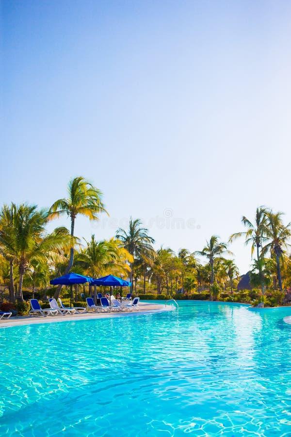 Красивый роскошный ландшафт вокруг бассейна в курорте гостиницы стоковая фотография rf