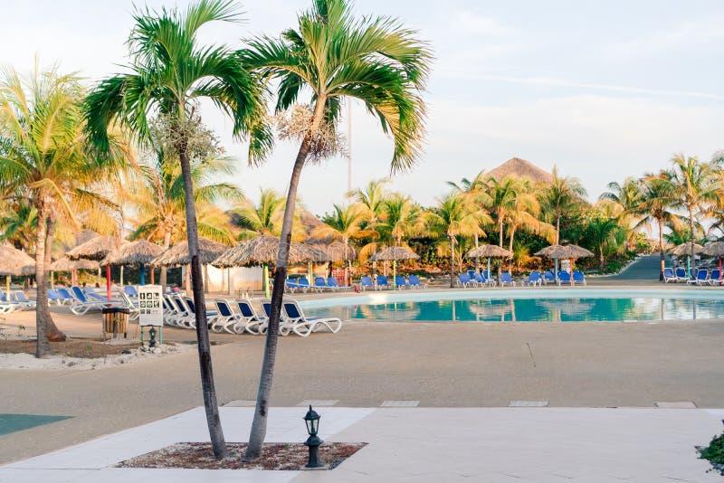 Красивый роскошный ландшафт вокруг бассейна в курорте гостиницы стоковые изображения