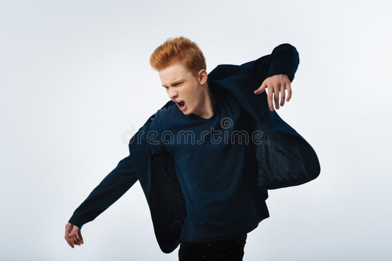 Красивый рыжий кричать молодого человека стоковые фото