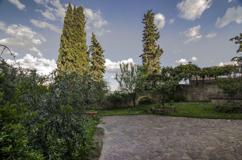 Красивый сад в San Gimignano, Тоскане, Италии стоковое фото rf