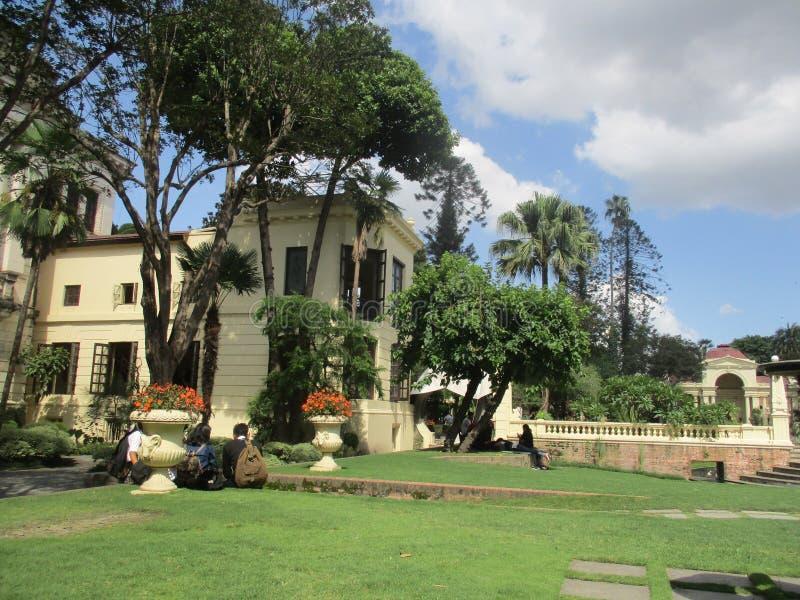 Красивый сад и здание стоковые изображения rf