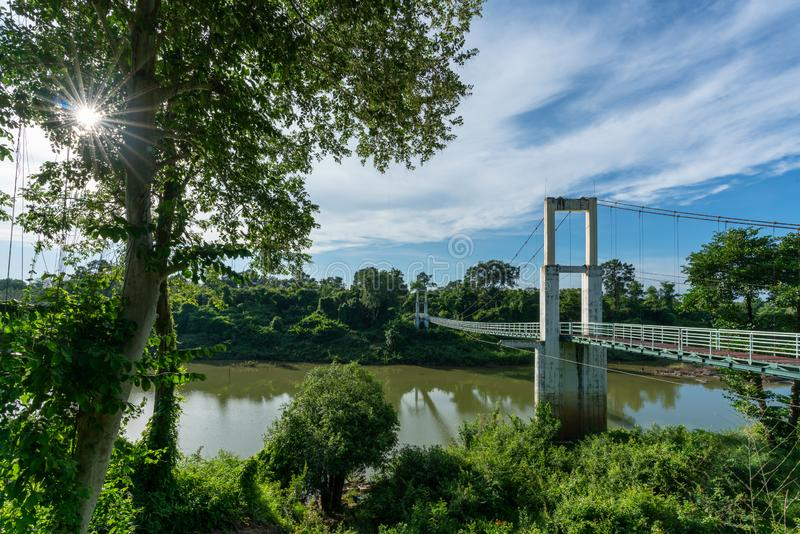 Красивый самого длинного висячего моста в северо-восточном регионе на речных порогах национальном парке Tana, Ubonratchatani, Таи стоковое фото