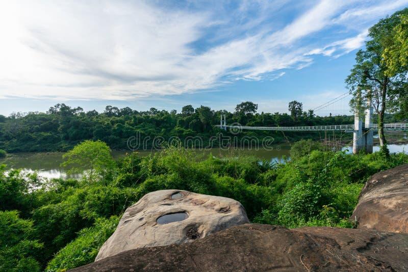 Красивый самого длинного висячего моста в северо-восточном регионе на речных порогах национальном парке Tana, Ubonratchatani, Таи стоковое изображение rf