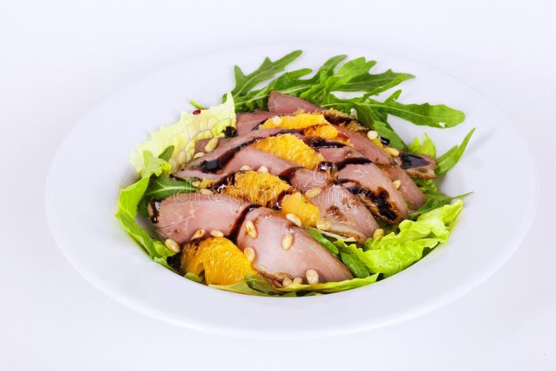 Красивый салат с гайками сосны ананаса утиной грудки и бальзамической аппетитной едой стоковая фотография