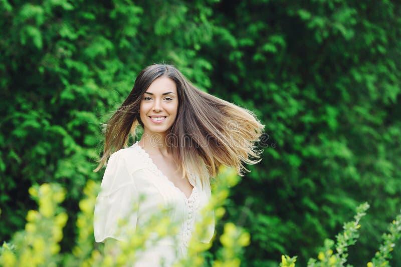Красивый сад молодой женщины весной стоковое фото rf