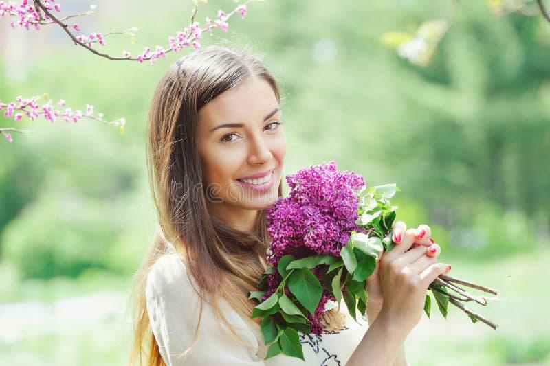 Красивый сад молодой женщины весной стоковое изображение rf
