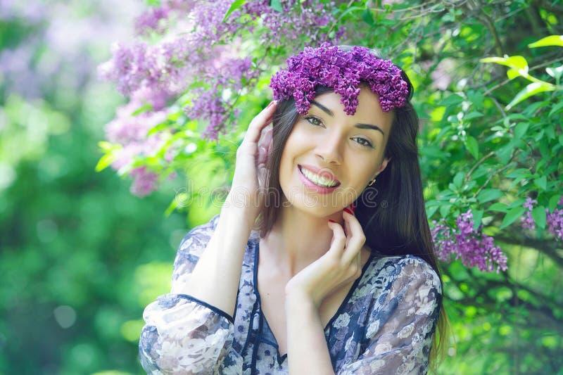 Красивый сад молодой женщины весной стоковые фотографии rf